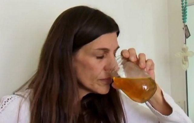 mulher-bebe-propria-urina_02
