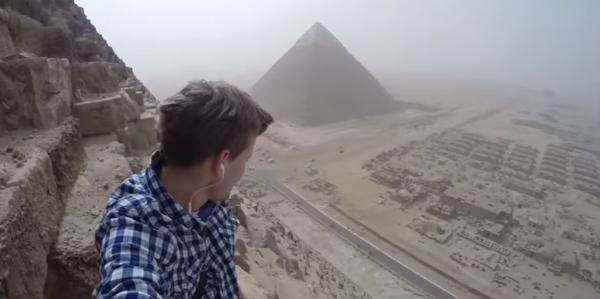 jovem-escala-ilegalmente-uma-piramide-egipcia-3