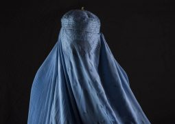 https://www.shutterstock.com/pt/image-photo/afghan-woman-wearing-burqa-591053819
